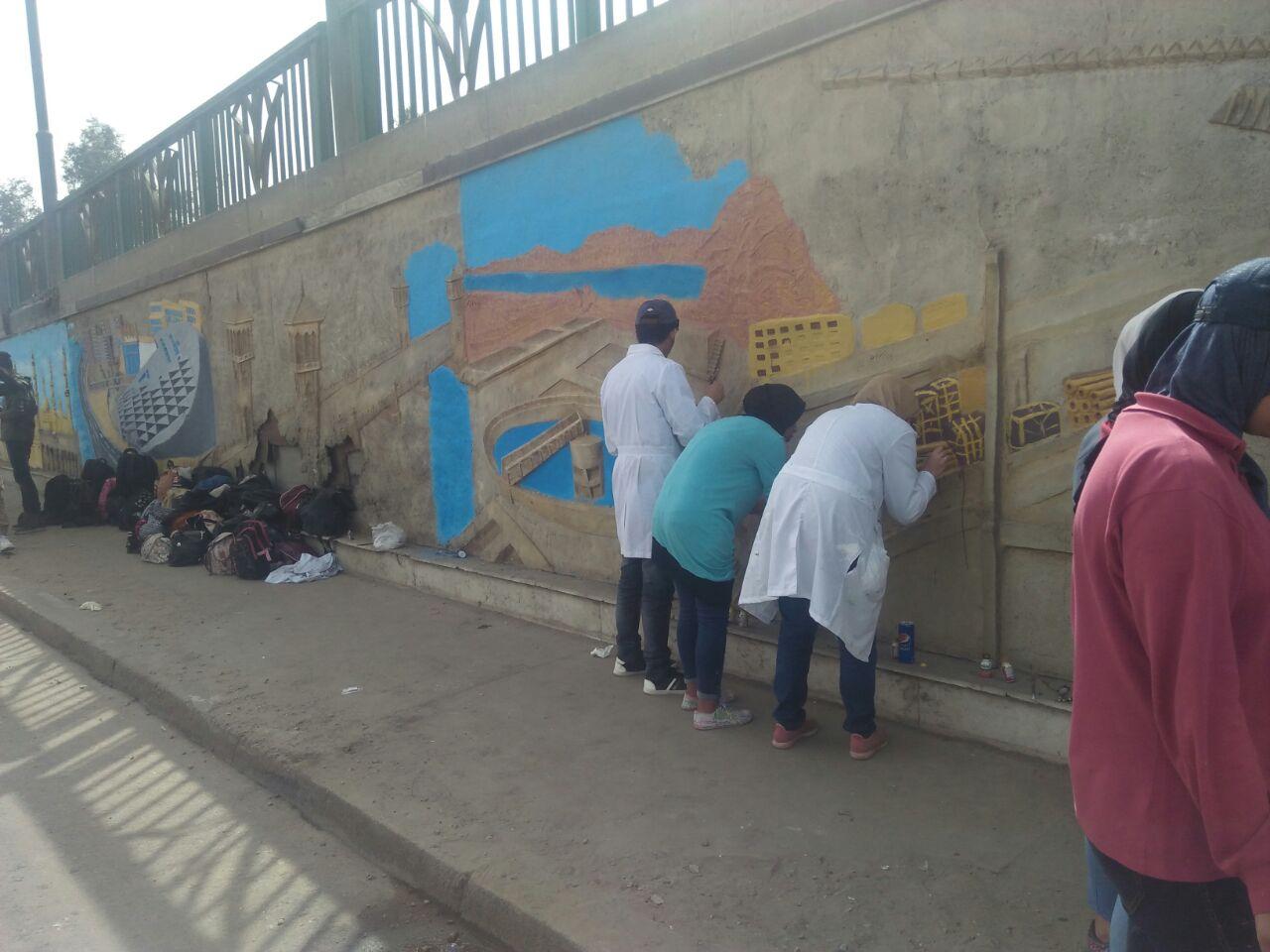 طلاب فنون تطبيفية يحولون جدران طريق المطار بالنزهة لجداريات (6)