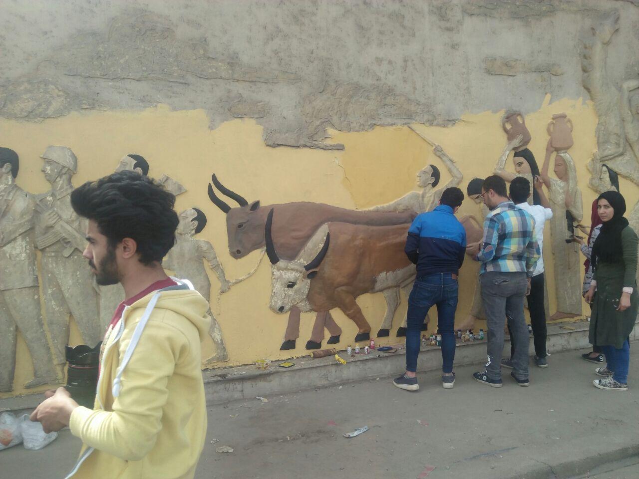 طلاب فنون تطبيفية يحولون جدران طريق المطار بالنزهة لجداريات (3)