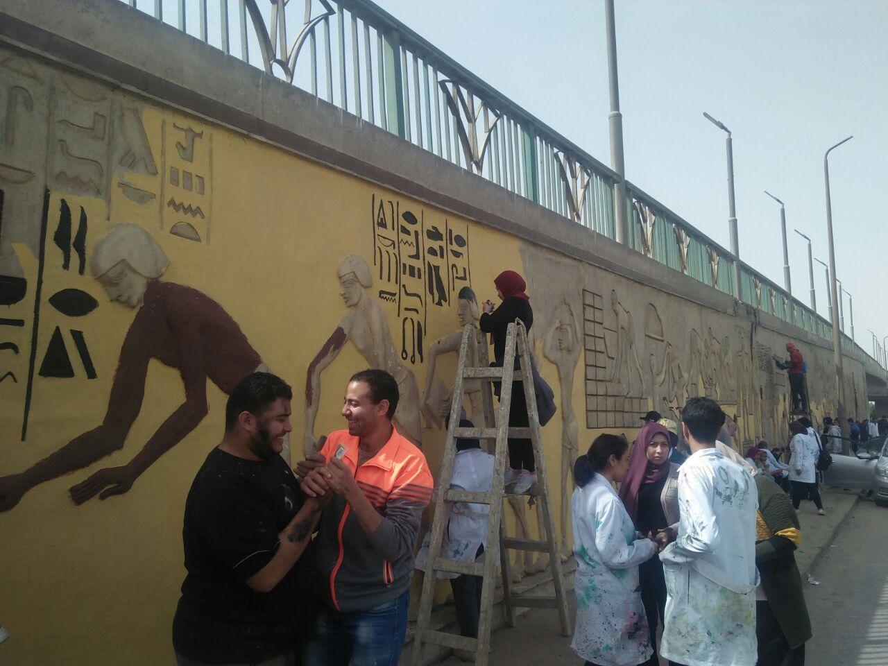 طلاب فنون تطبيفية يحولون جدران طريق المطار بالنزهة لجداريات (4)