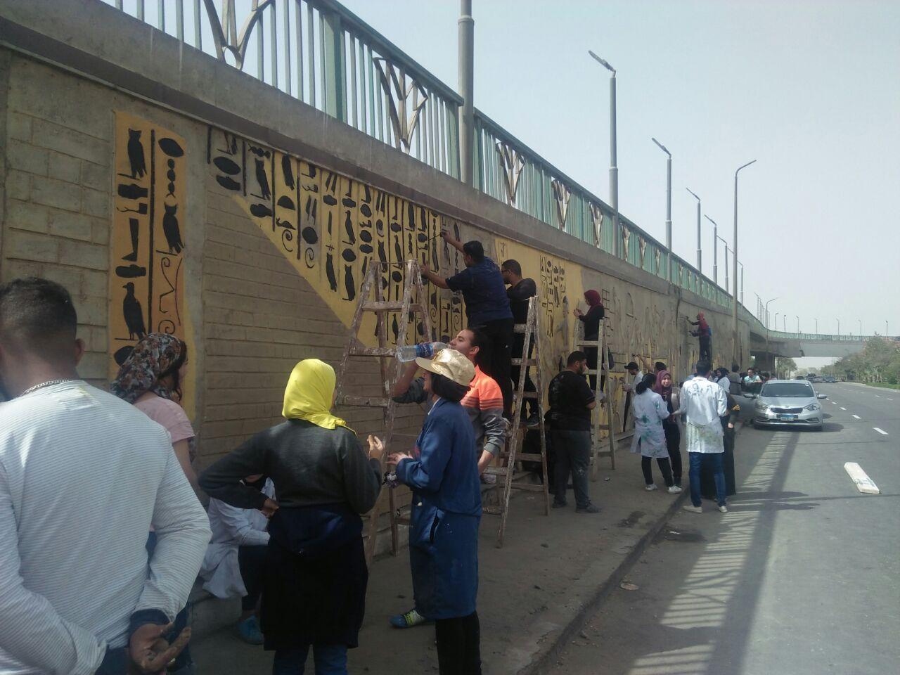 طلاب فنون تطبيفية يحولون جدران طريق المطار بالنزهة لجداريات (1)