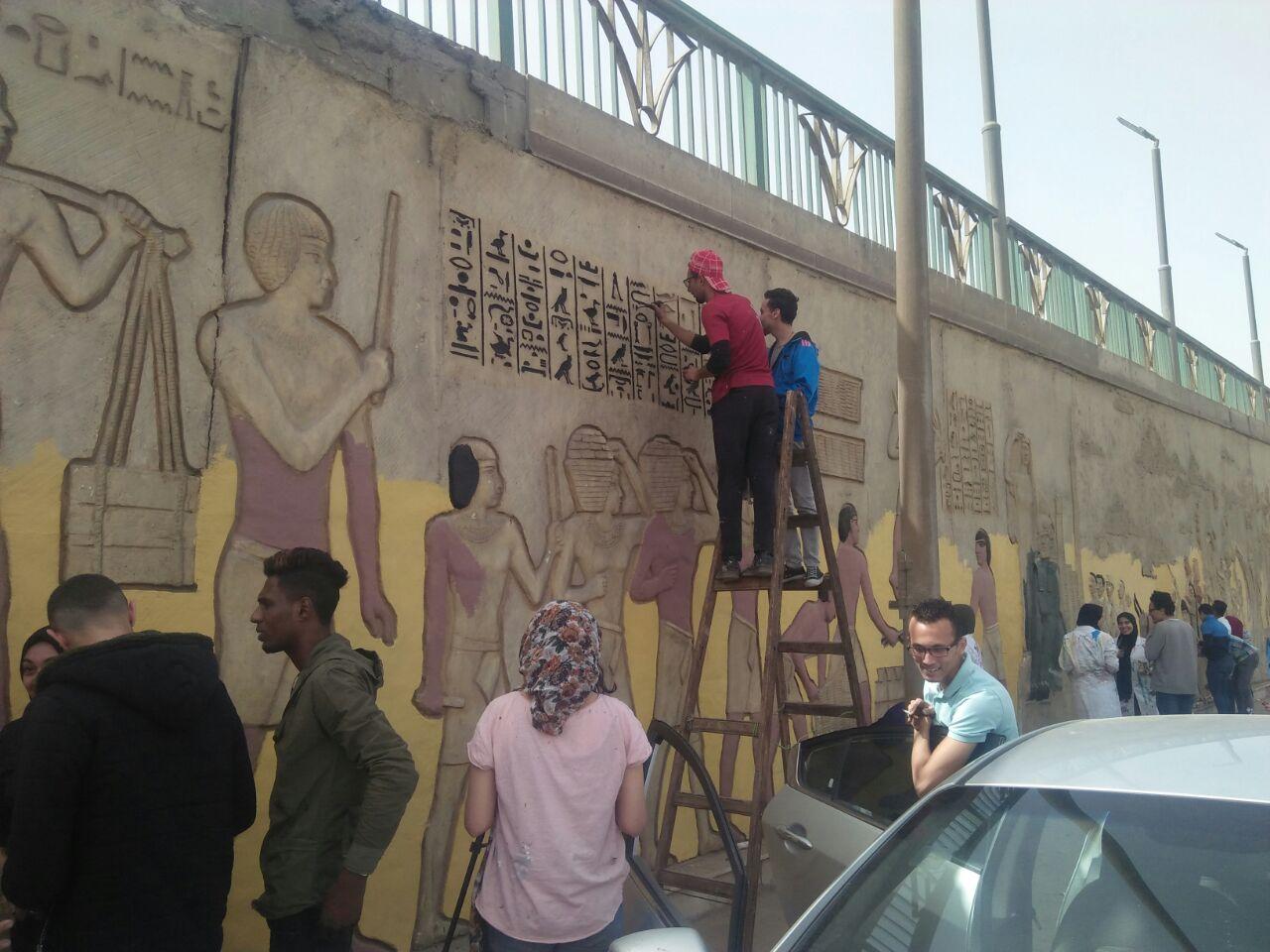 طلاب فنون تطبيفية يحولون جدران طريق المطار بالنزهة لجداريات (5)