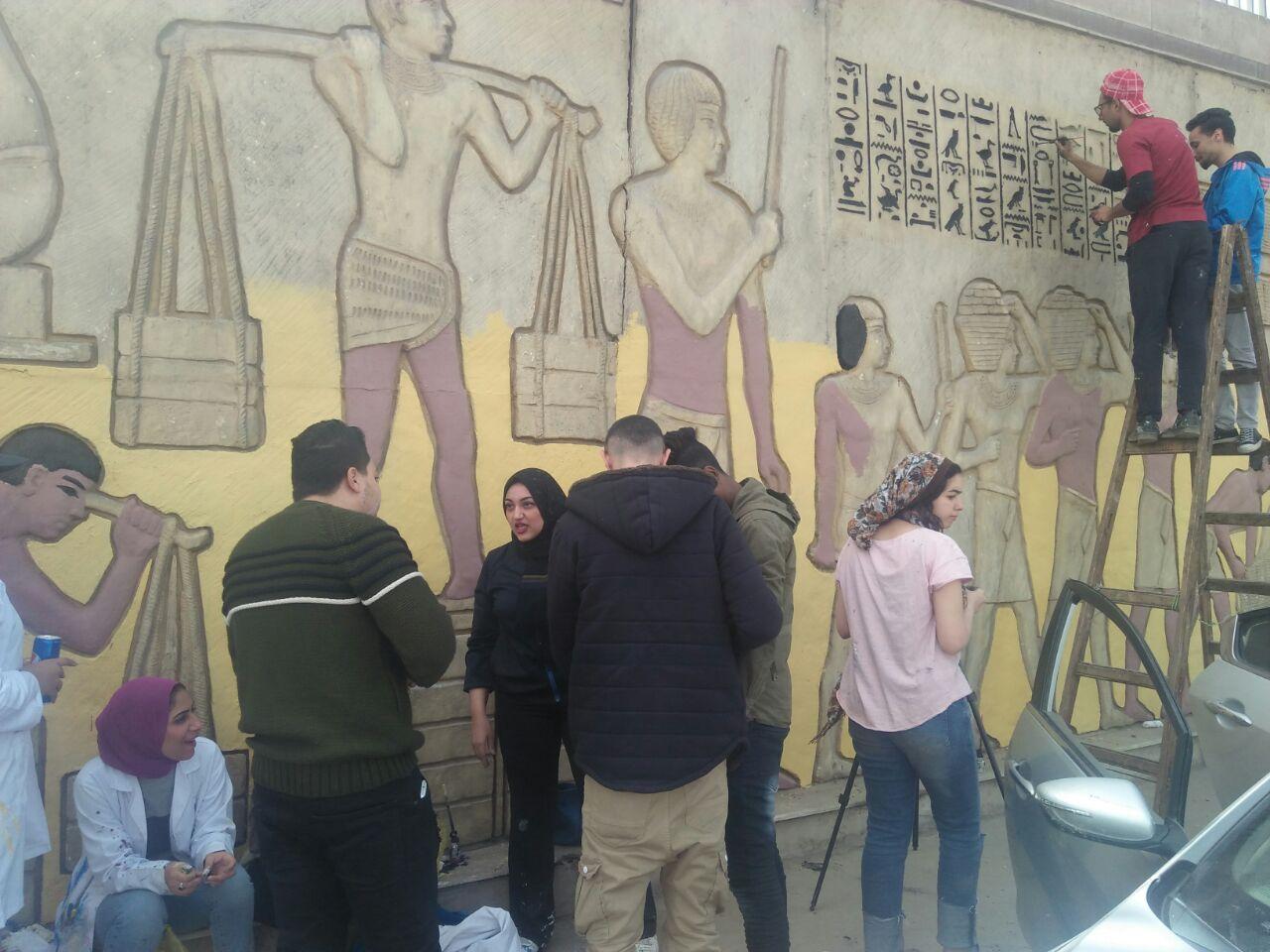 طلاب فنون تطبيفية يحولون جدران طريق المطار بالنزهة لجداريات (8)