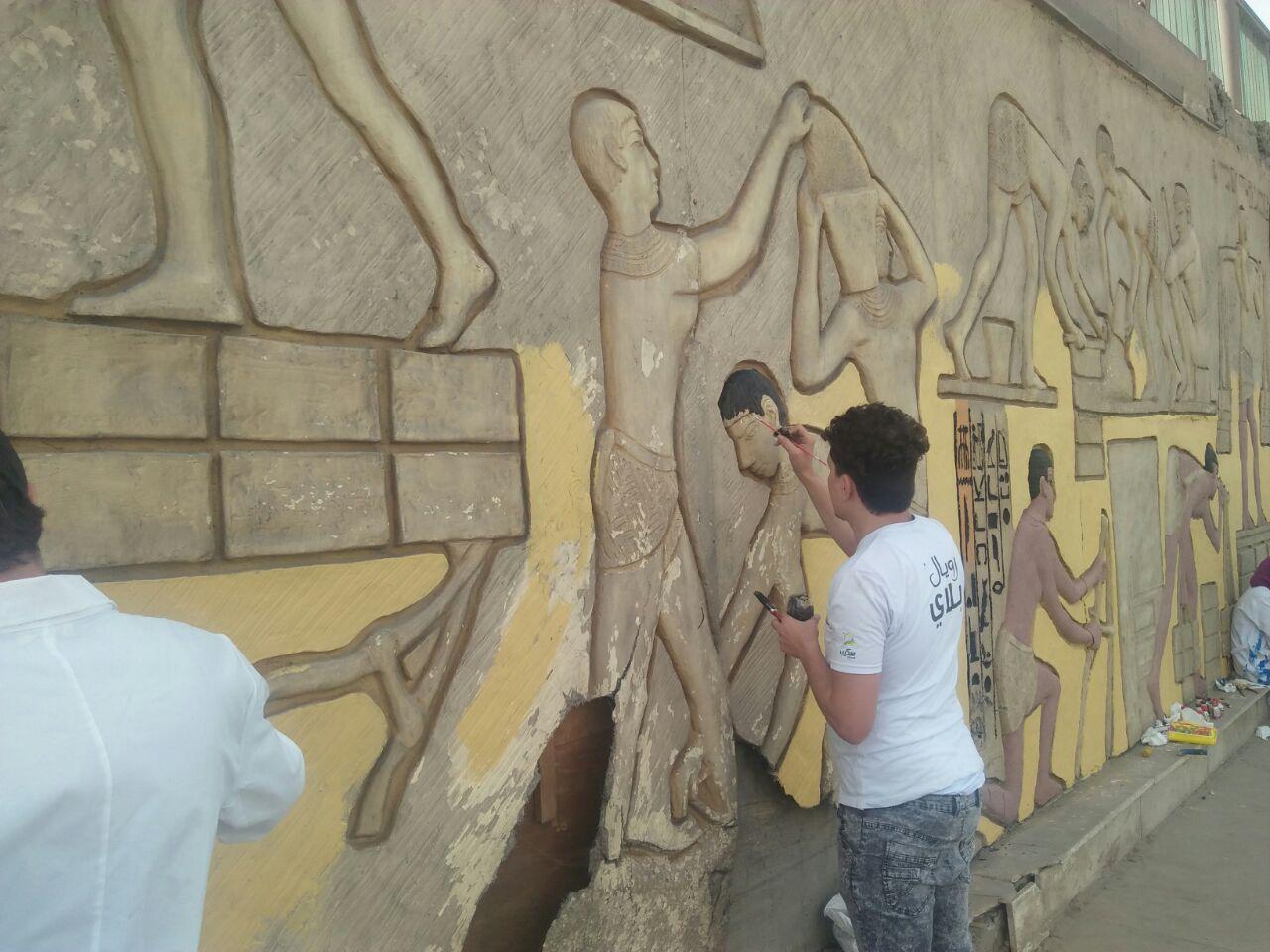 طلاب فنون تطبيفية يحولون جدران طريق المطار بالنزهة لجداريات (10)