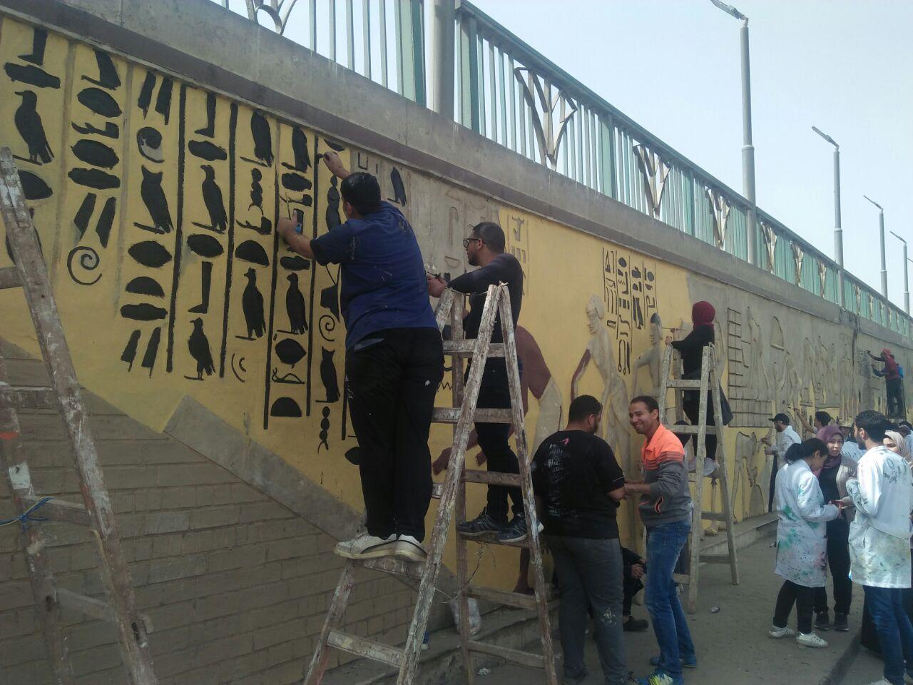طلاب فنون تطبيفية يحولون جدران طريق المطار بالنزهة لجداريات (9)