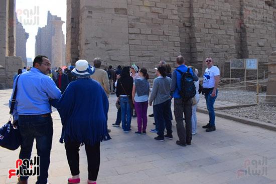 السياح يستمعون لشرح حوال معالم الاقصر الفرعونية