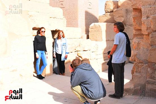 صور السعادة للسياح داخل المعابد الفرعونية