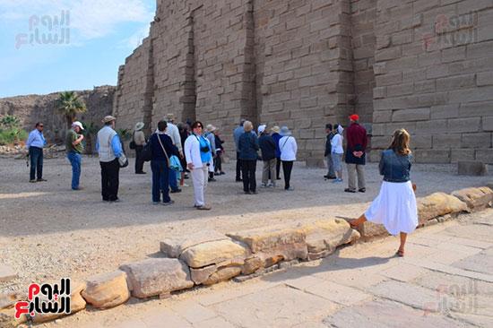 السياح داخل معابد الكرنك بالاقصر