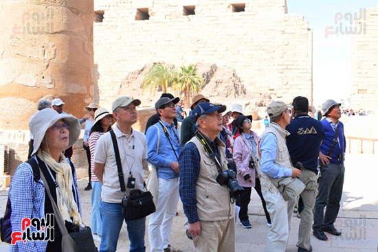 السياح يستمتعون بالمعابد الفرعونية بالاقصر