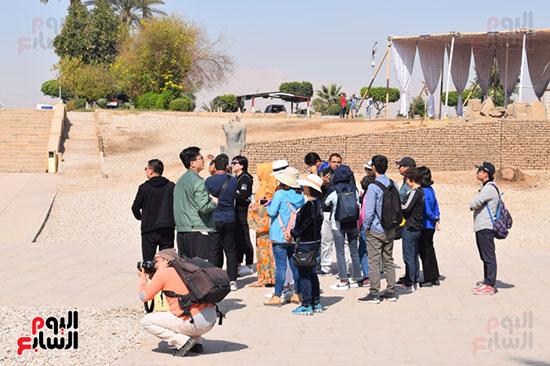 توافد السياح علي معبد الأقصر بكورنيش النيل