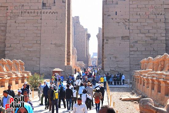 إقبال كبير من السياح الأجانب علي معابد ومقابر البر الغربي بالأقصر
