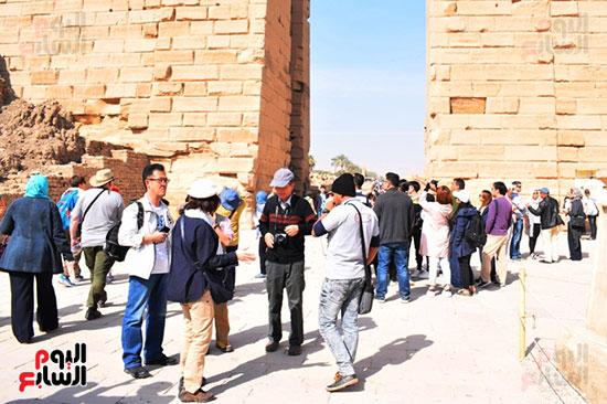 إقبال مميز للسائحين الأجانب علي زيارة معابد الأقصر الفرعونية