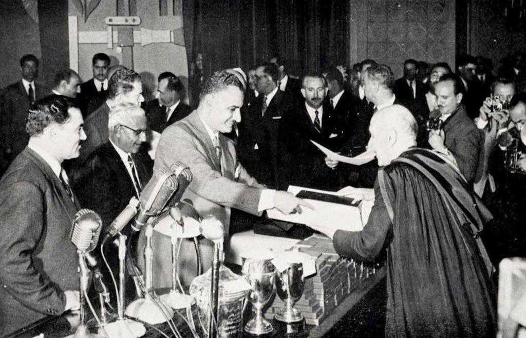 الرئيس جمال عبد الناصر يكرم نجيب باشا محفوظ