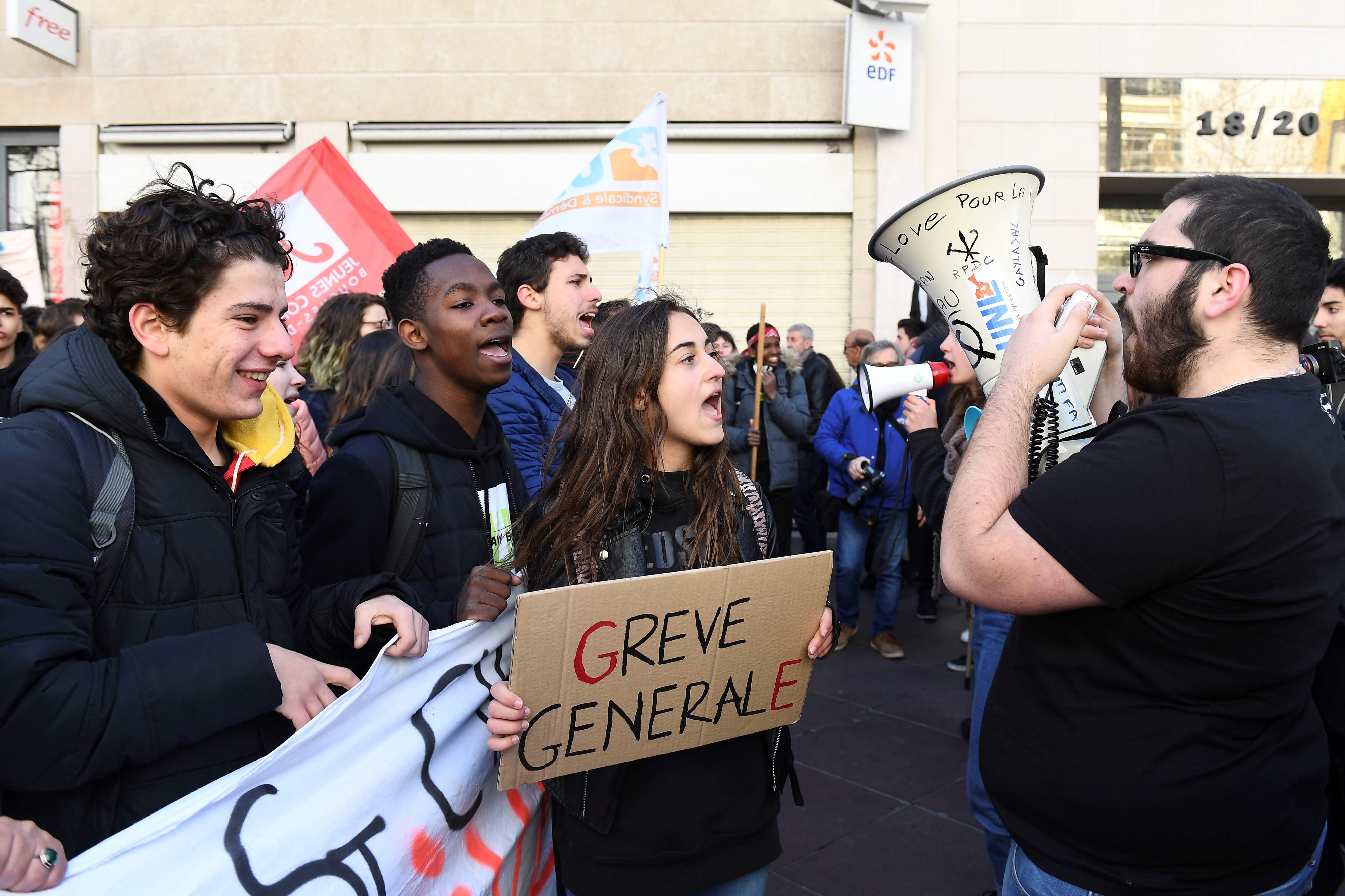 الشباب الفرنسى يشارك فى الاحتجاجات