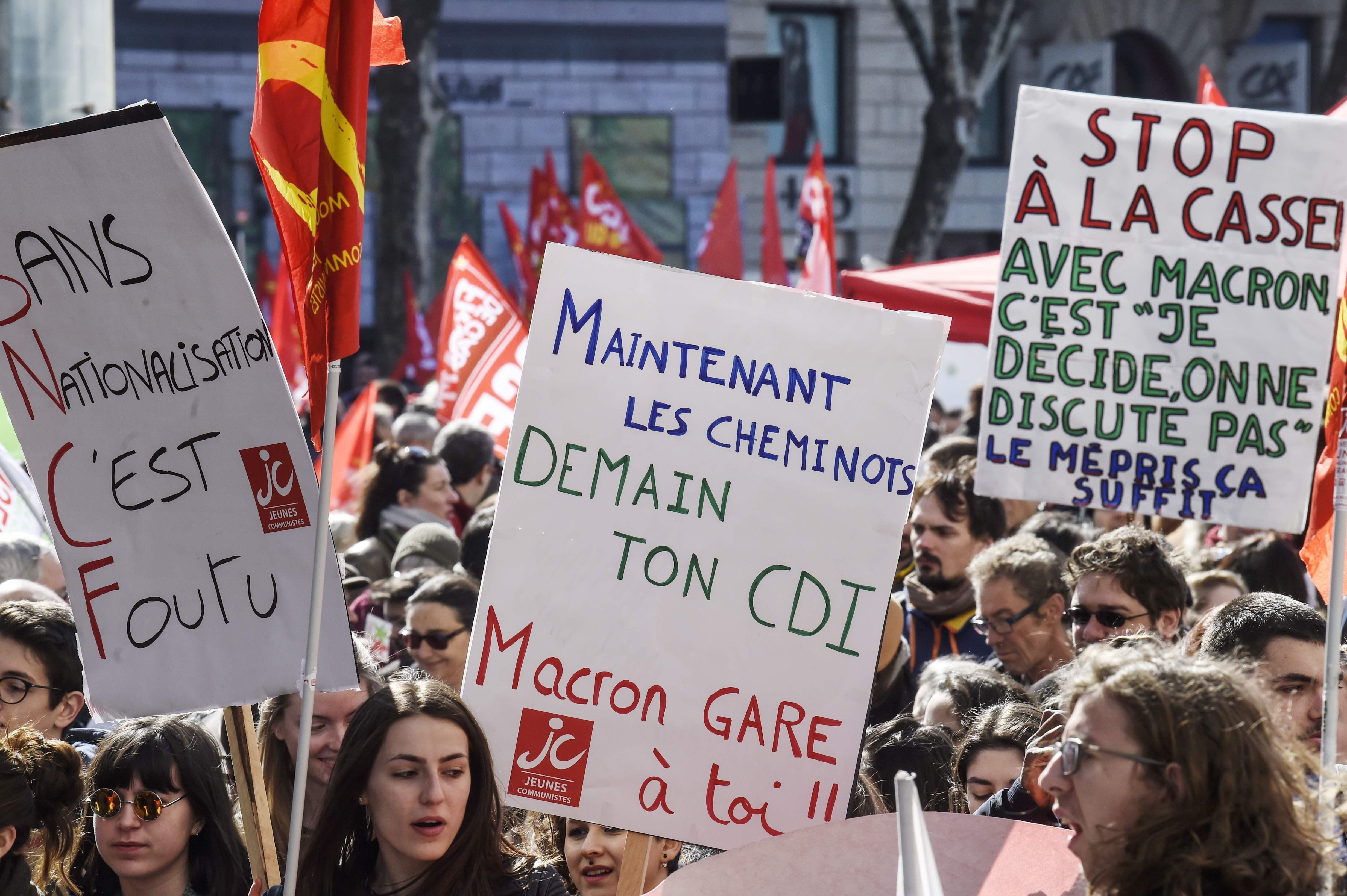 مظاهرات تطالب ماكرون بعدم تنفيذ قراراته بشأن السكك الحديد