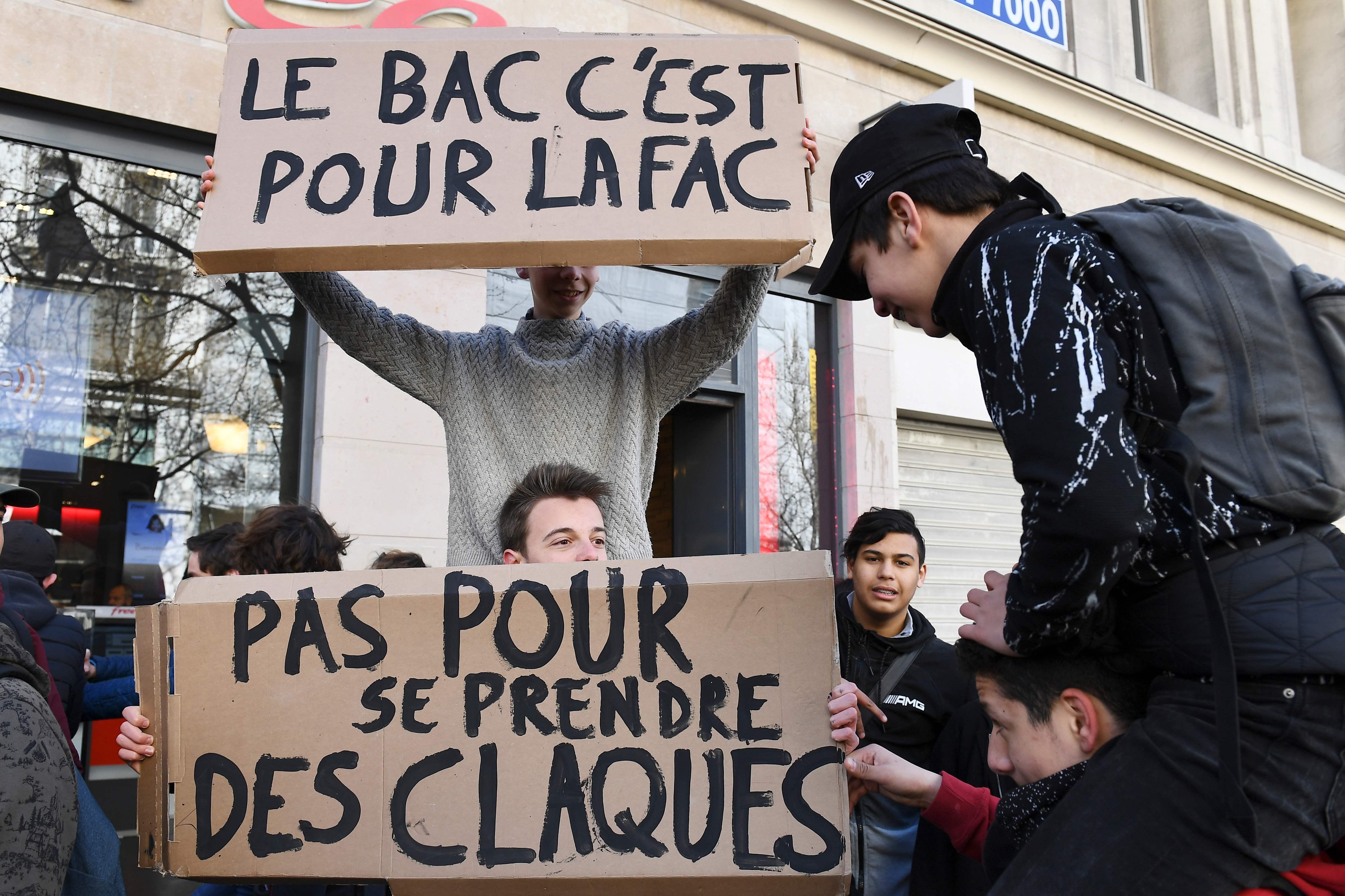 مظاهرات ضد قرارات الرئيس الفرنسى