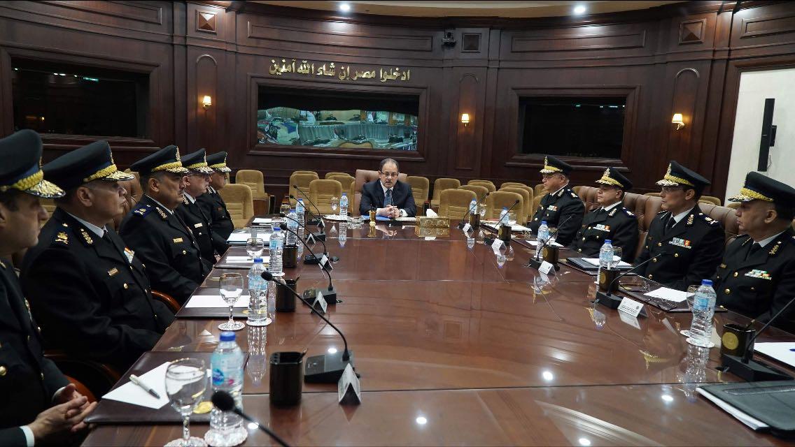 وزير الداخلاية مع القيادات الأمنية