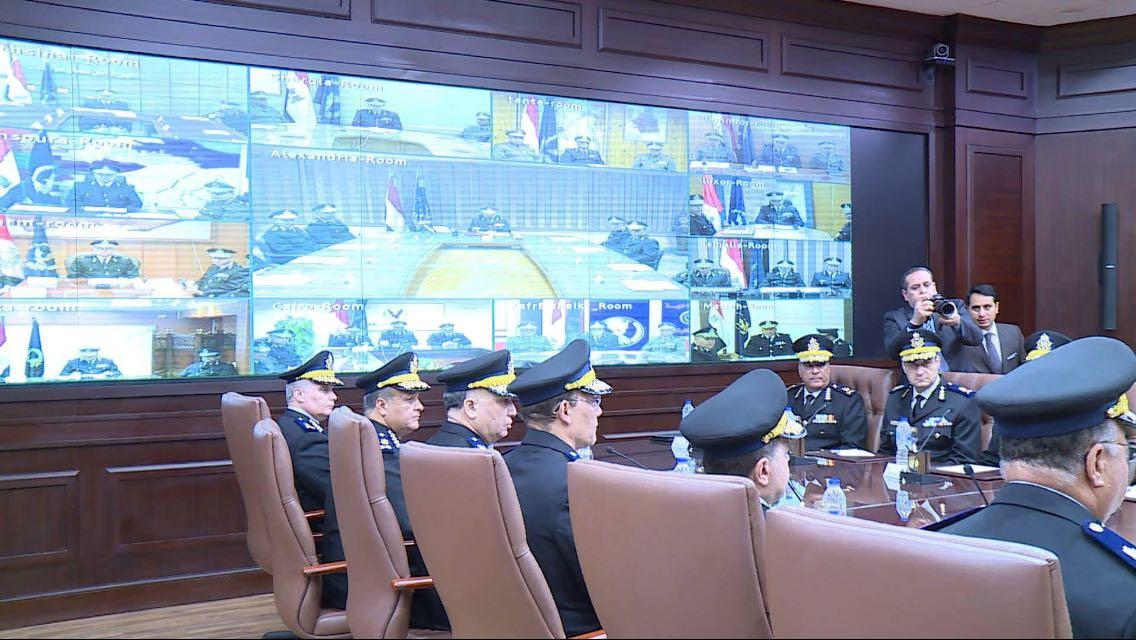 وزير الداخلية داخل غرفة إدارة الأزمات