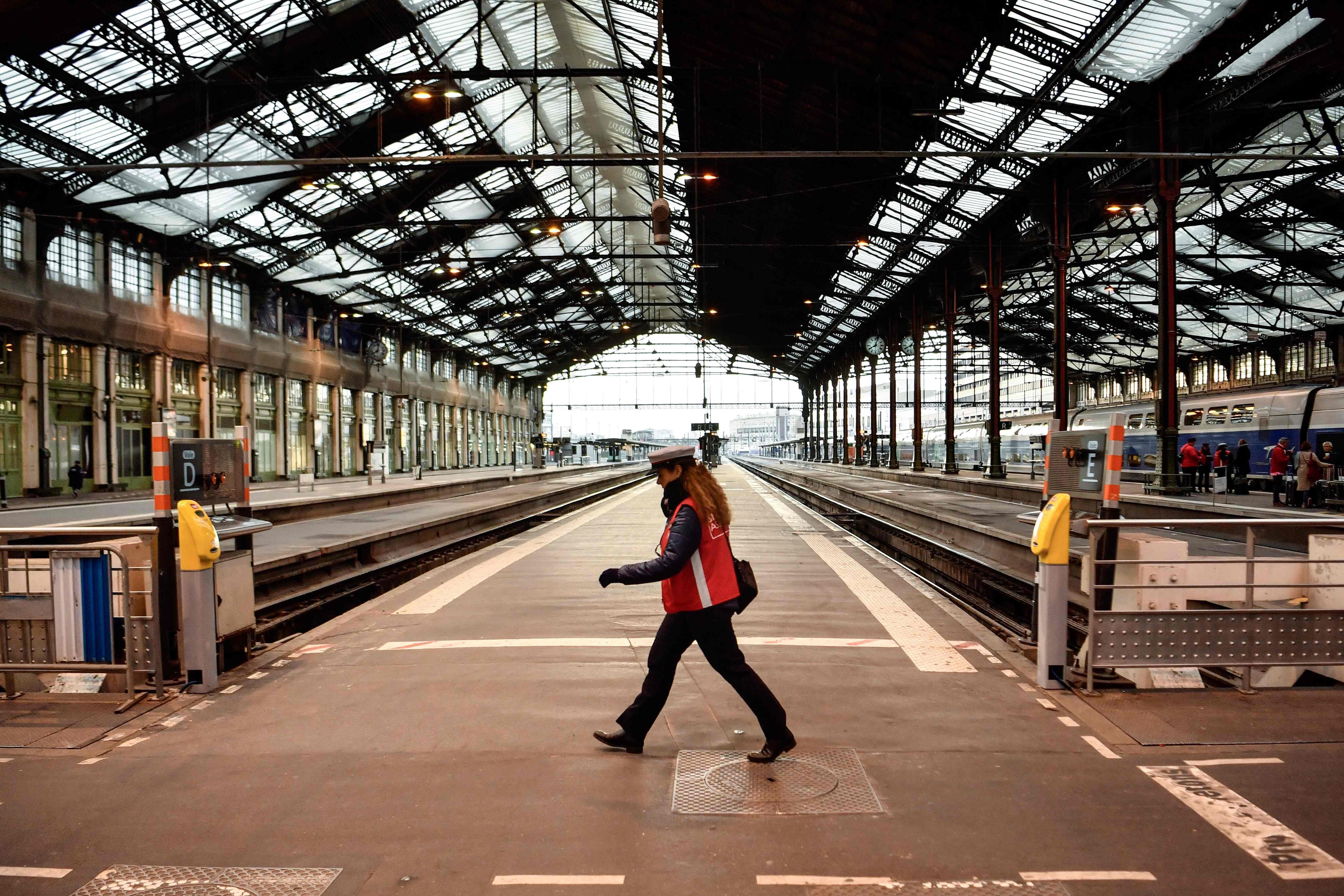شلل الحركة فى قطارات فرنسا بسبب الاضراب