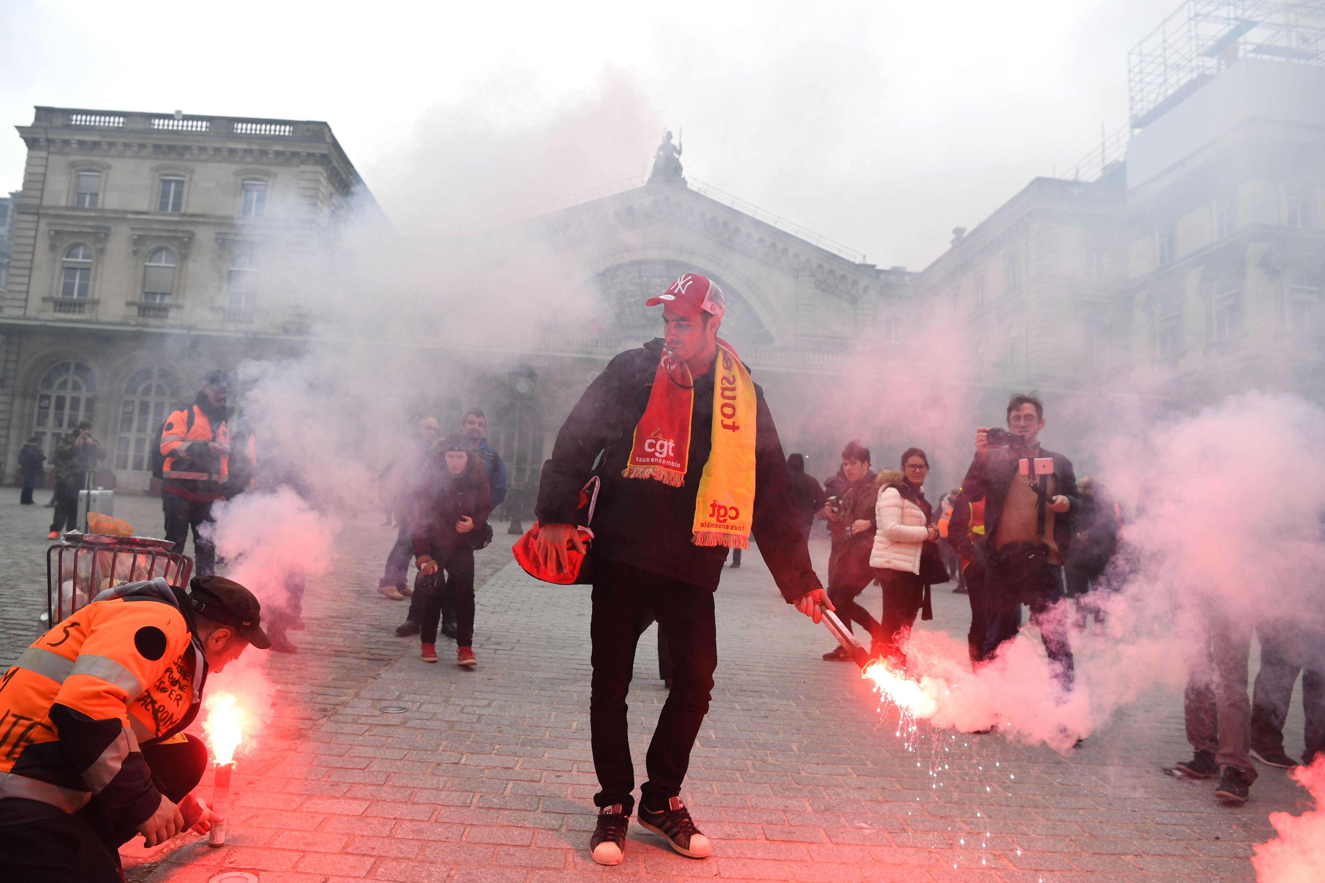 اشعال الالعاب النارية فى فرنسا