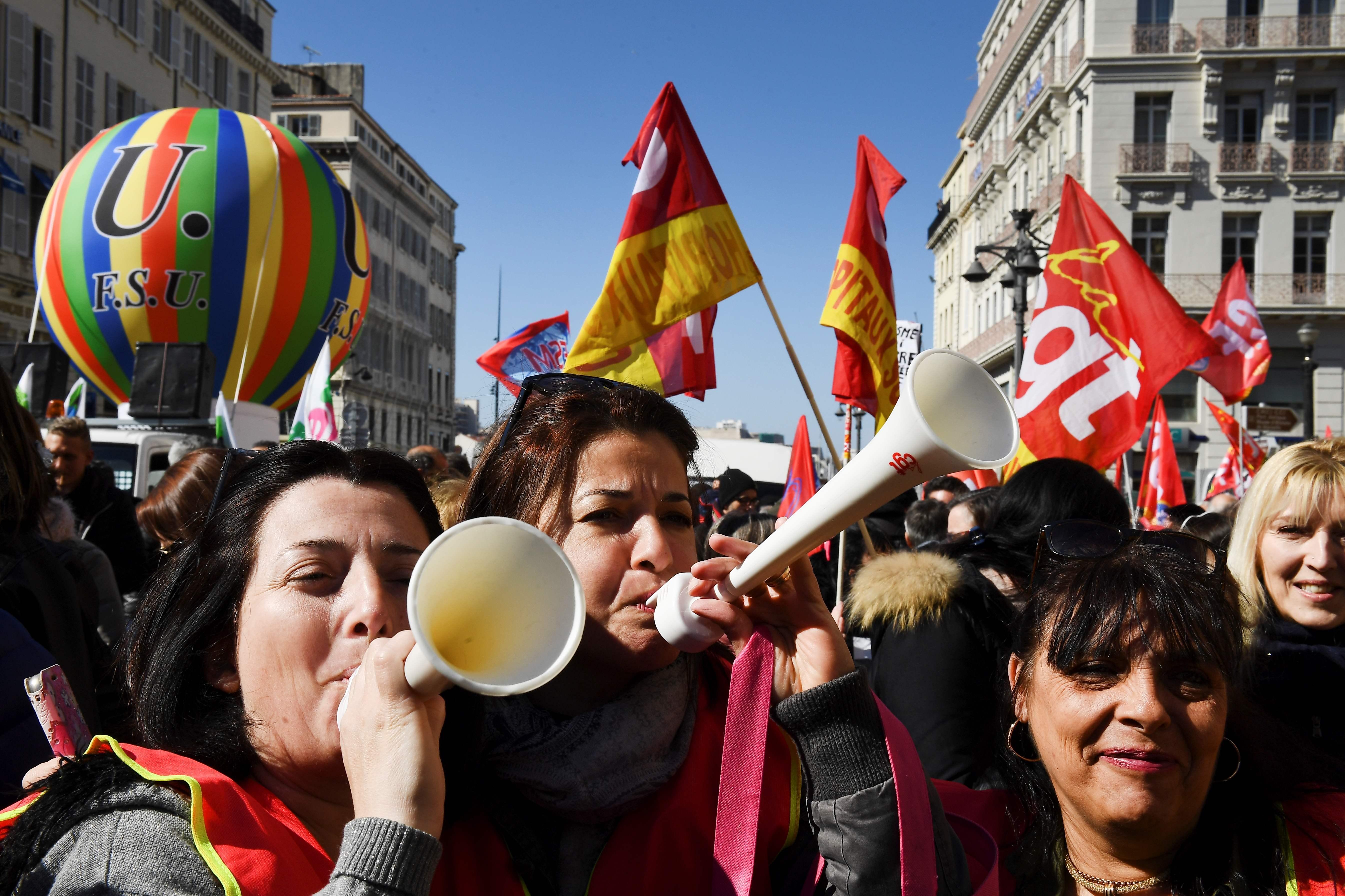 سيدات فرنسا يشاركن فى الاحتجاجات