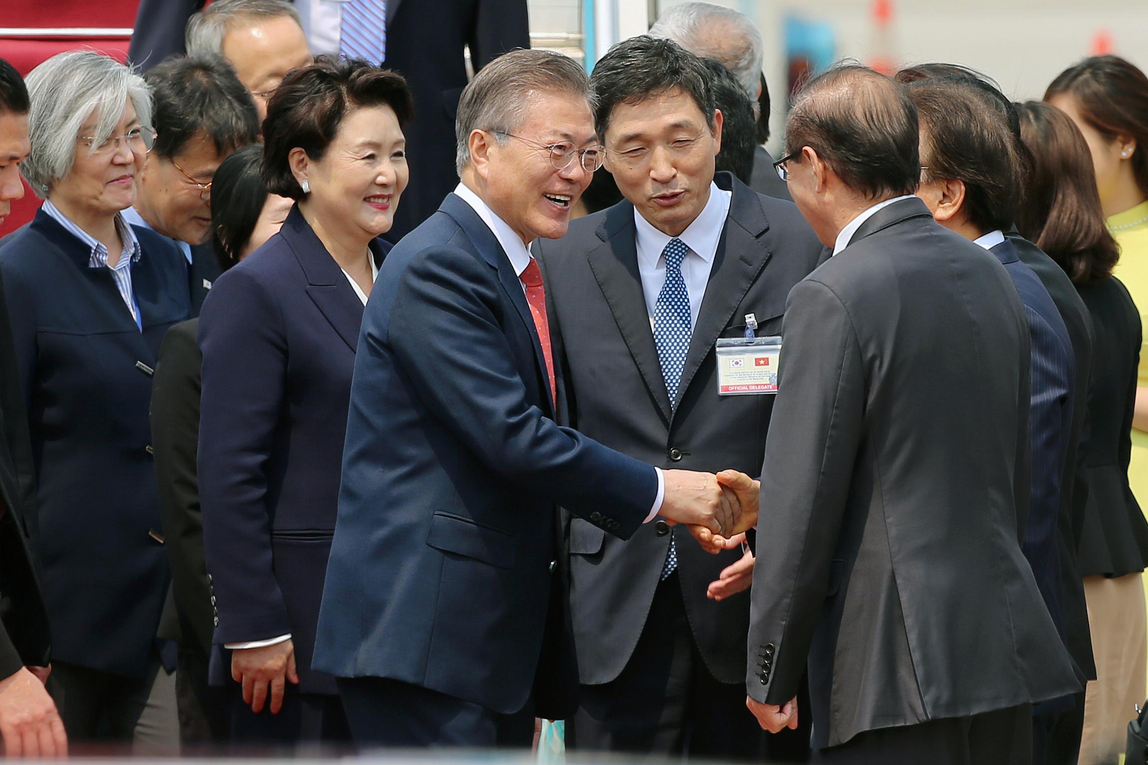 رئيس كوريا الجنوبية يصافح مسئولين بفتنام