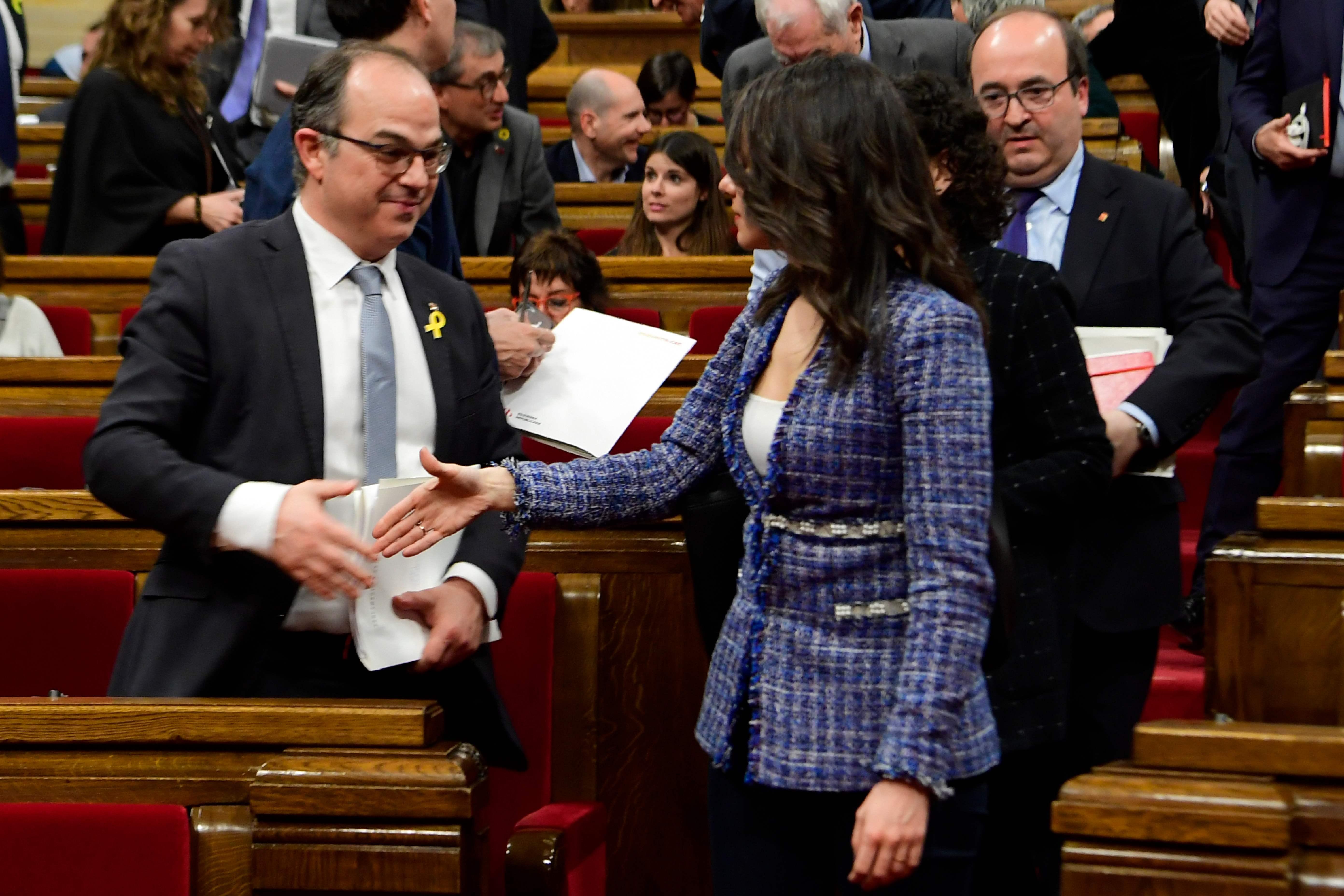 نائبة تصافح نائب فى برلمان كتالونيا
