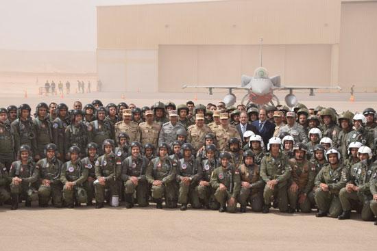الرئيس السيسى يلتقط صورة تذكارية مع أبطال الجيش والشرطة