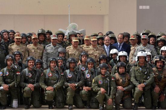 الرئيس ووزير الدفاع وسط أبطال الجيش والشرطة