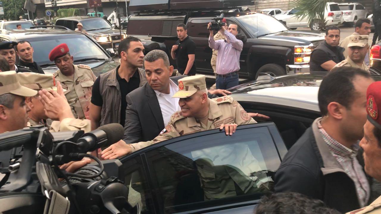 وزير الدفاع صافح القوات اثناء تفقده سير الانتخابات الرئاسية (8)