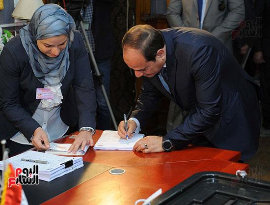 الرئيس السيسي يدلى بصوته (3)