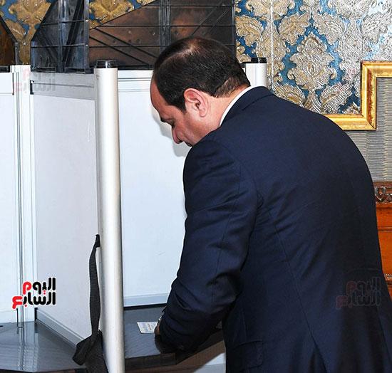 الرئيس السيسي يدلى بصوته (1)