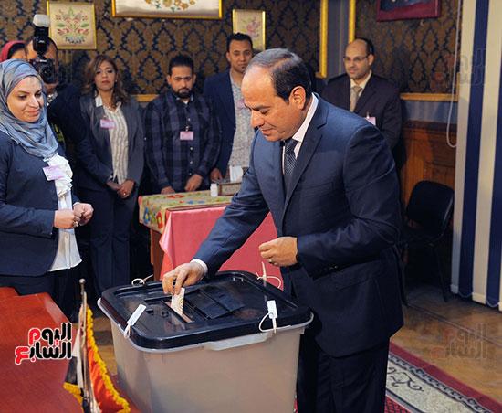 الرئيس السيسي يدلى بصوته (4)