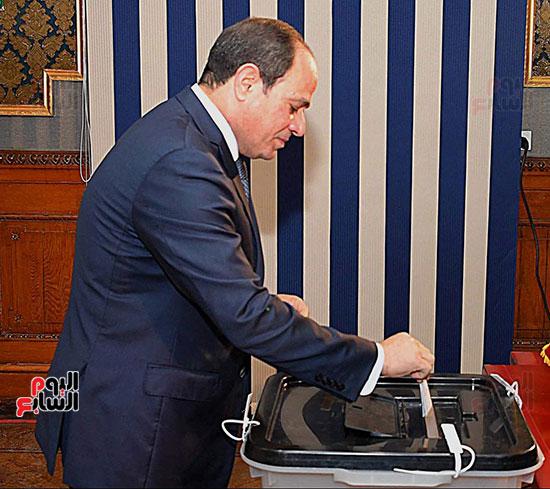 الرئيس السيسي يدلى بصوته في لجنته الانتخابية بمصر الجديدة (1)