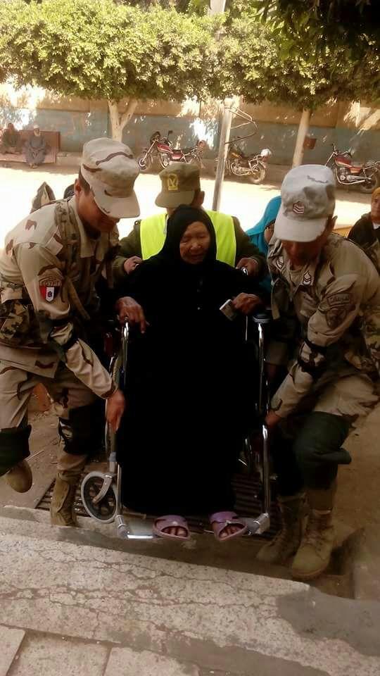 جنود يحملون مسنة