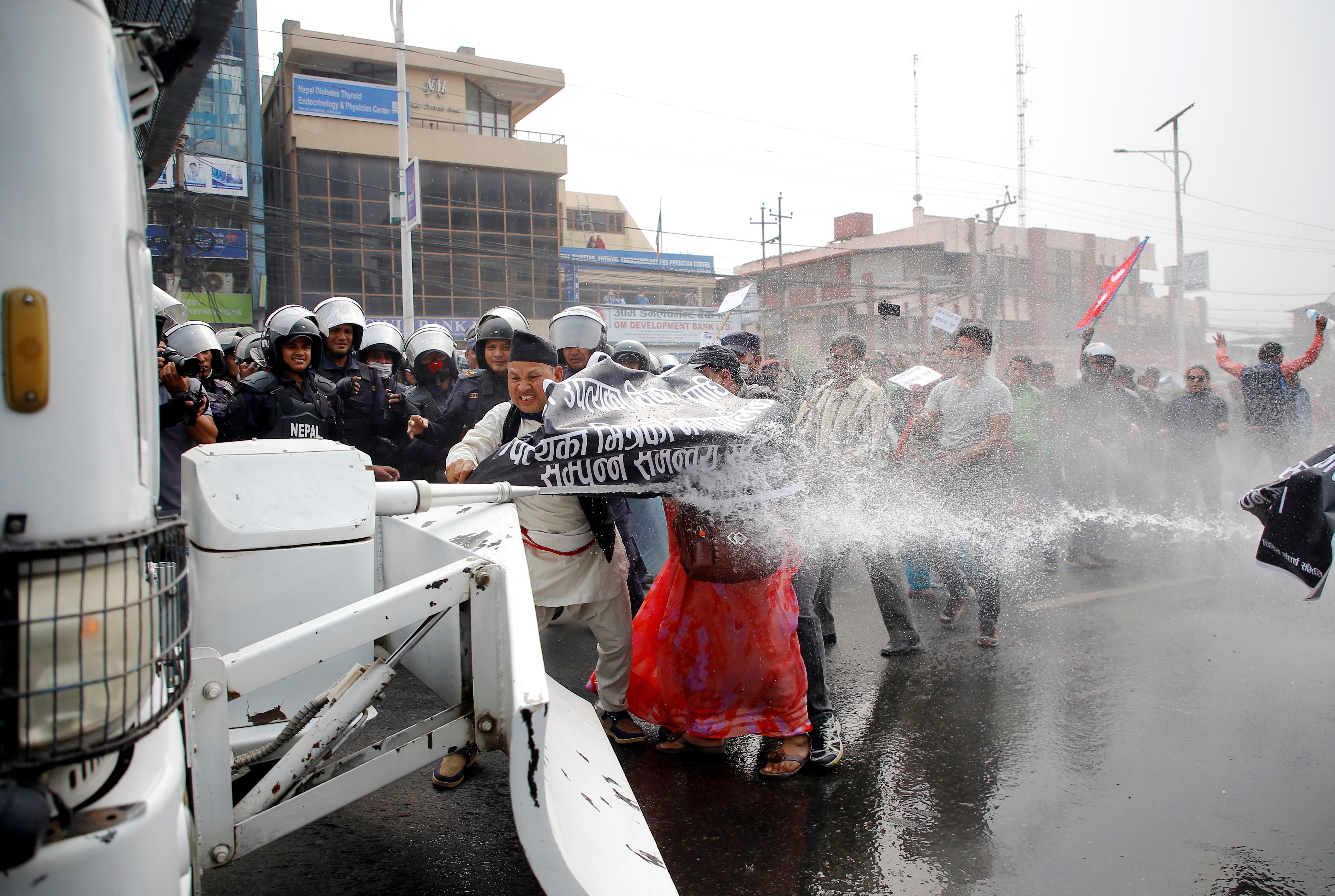 استخدام مدافع المياه لتفريق المتظاهرين