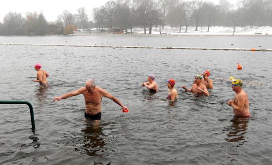 السباحة فى بريطانية رغم تساقط الثلوج