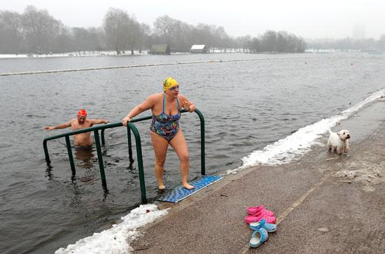 بريطانيون يتحدون الثلوج بالسباحة فى بحيرة سربنتين بلندن
