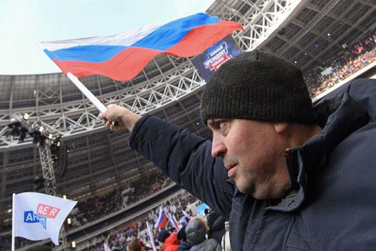 •مواطن روسى يحمل علم بلاده