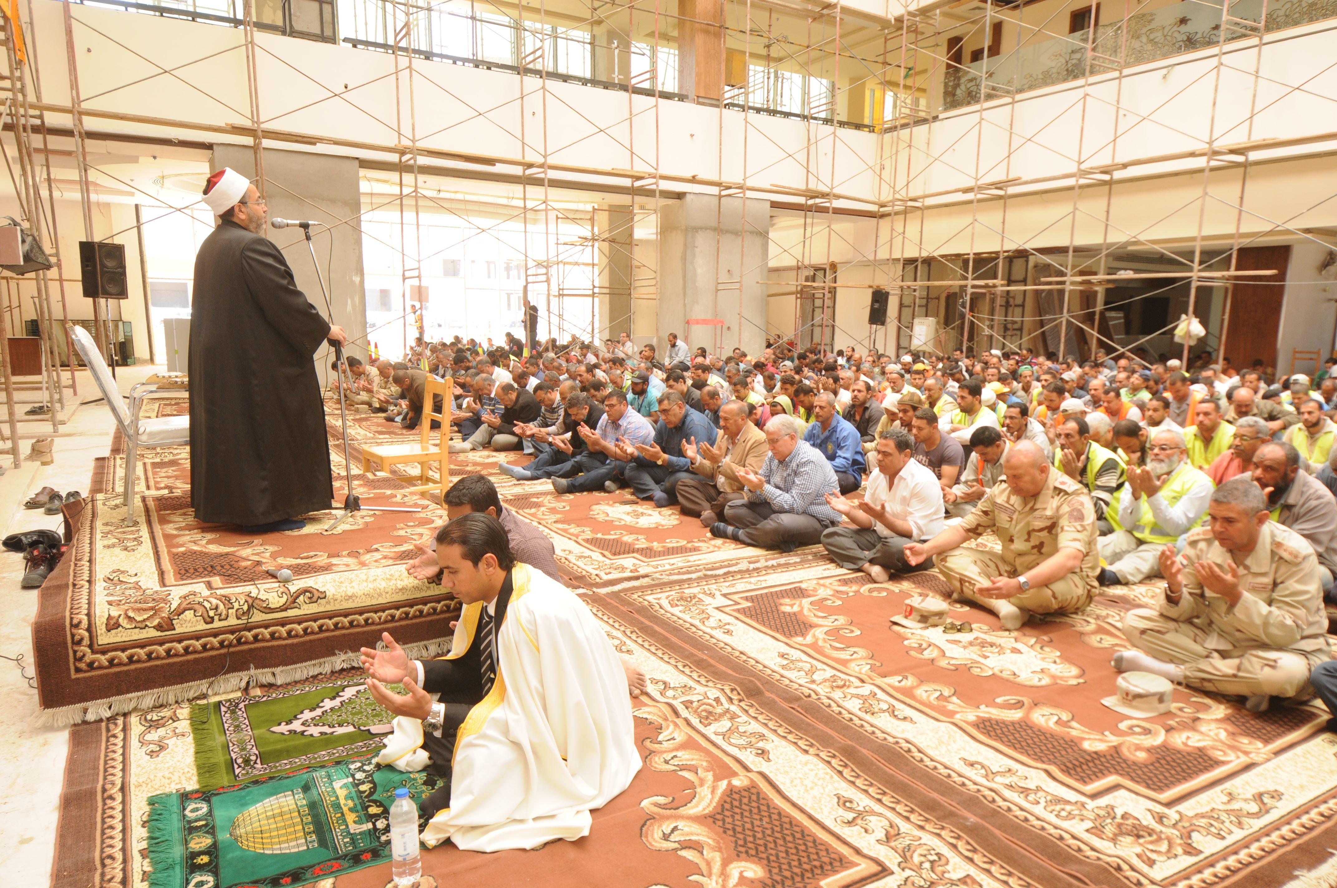 قيادات الهيئة الهندسية والمقاولون العرب يؤدون صلاة الجمعة (5)