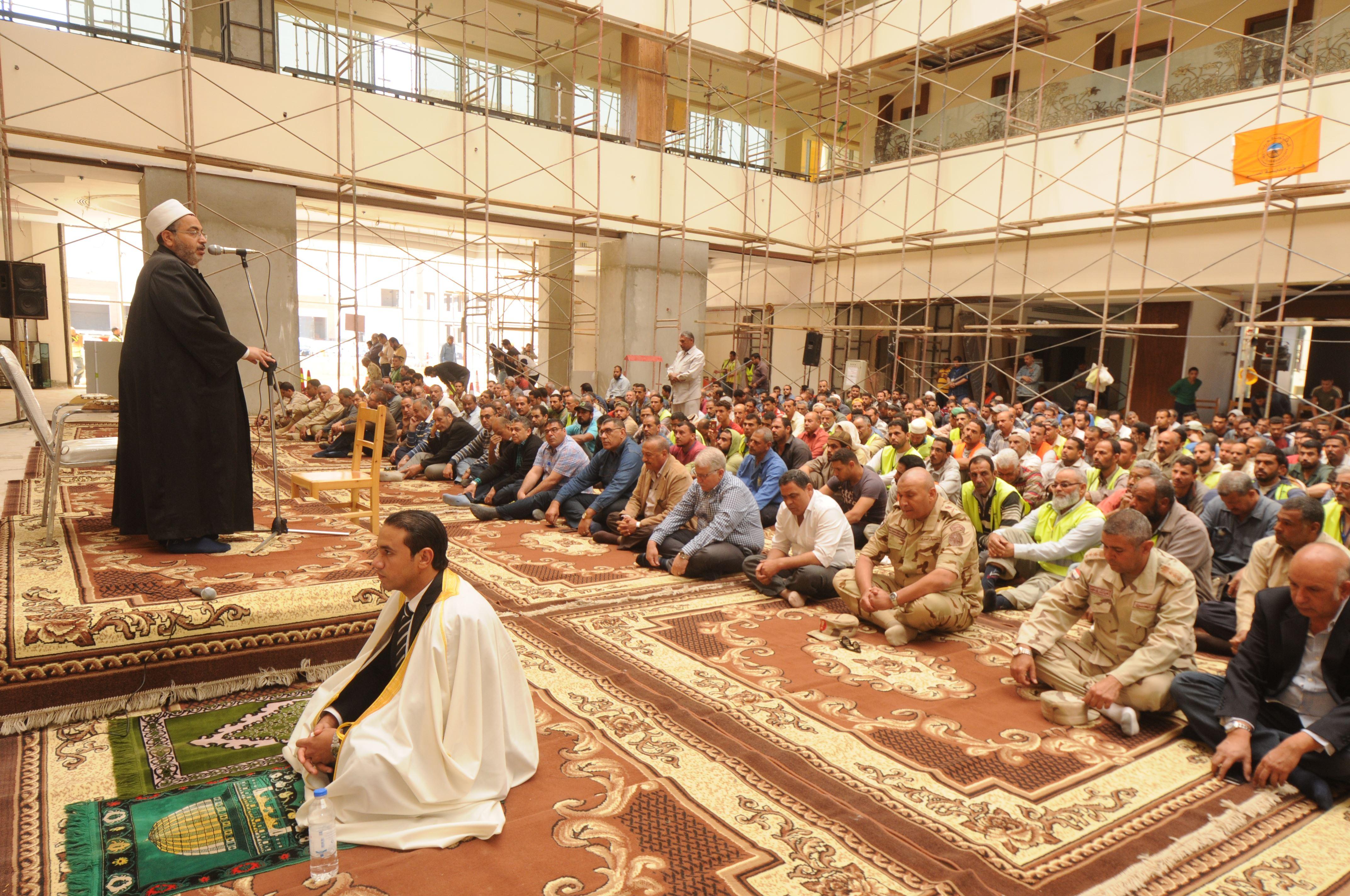 قيادات الهيئة الهندسية والمقاولون العرب يؤدون صلاة الجمعة (2)