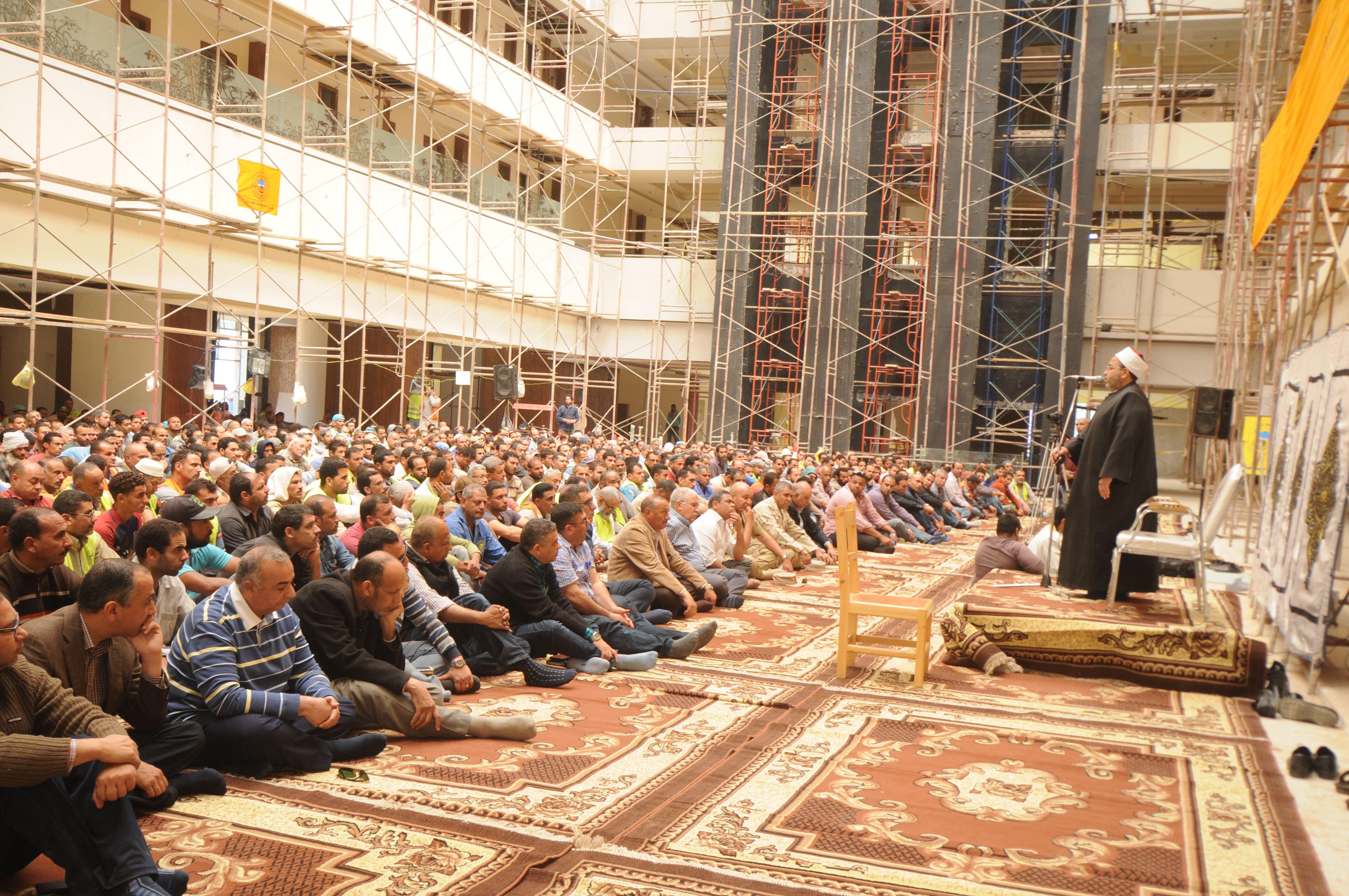 قيادات الهيئة الهندسية والمقاولون العرب يؤدون صلاة الجمعة (4)