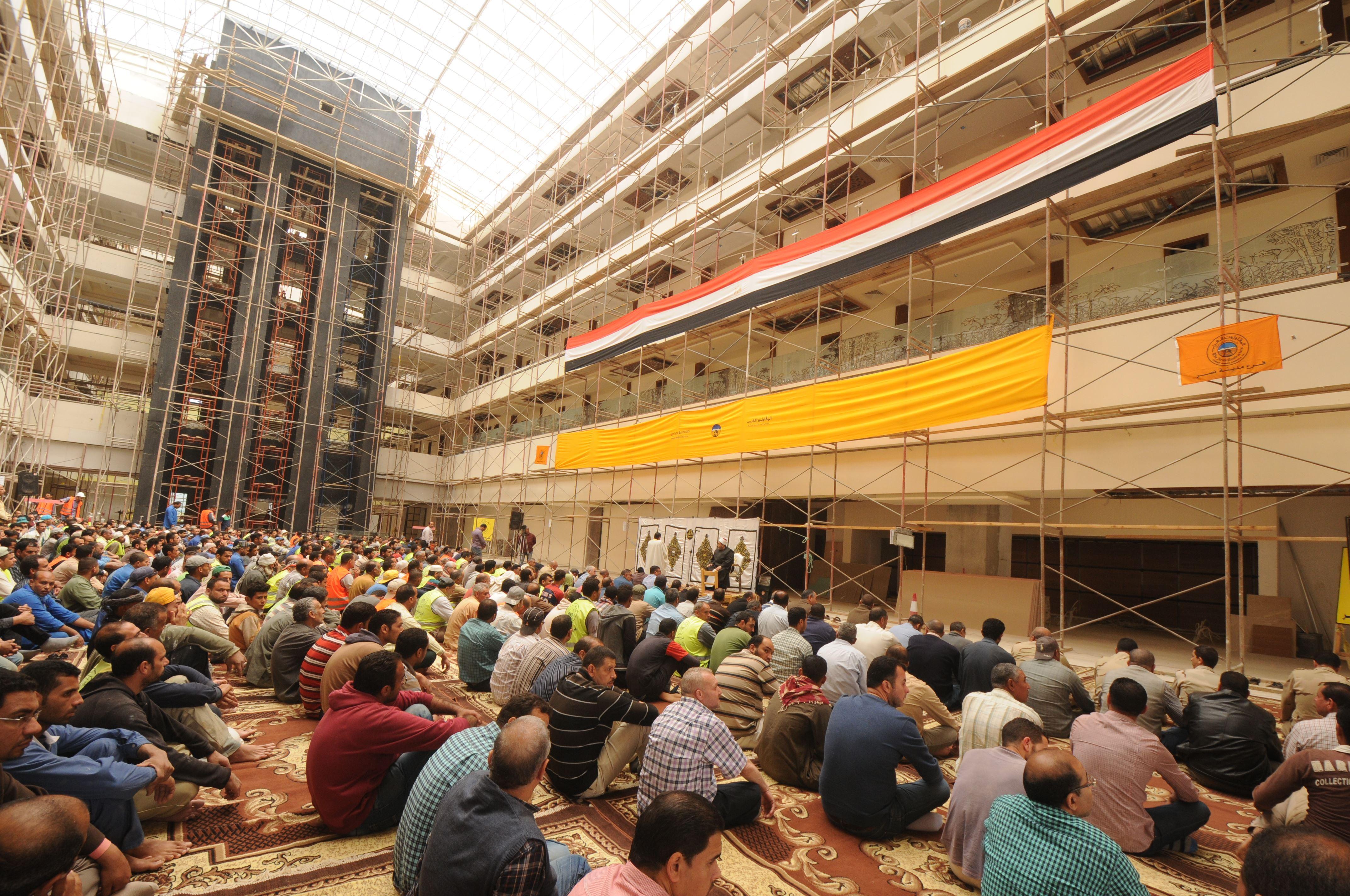 قيادات الهيئة الهندسية والمقاولون العرب يؤدون صلاة الجمعة (1)