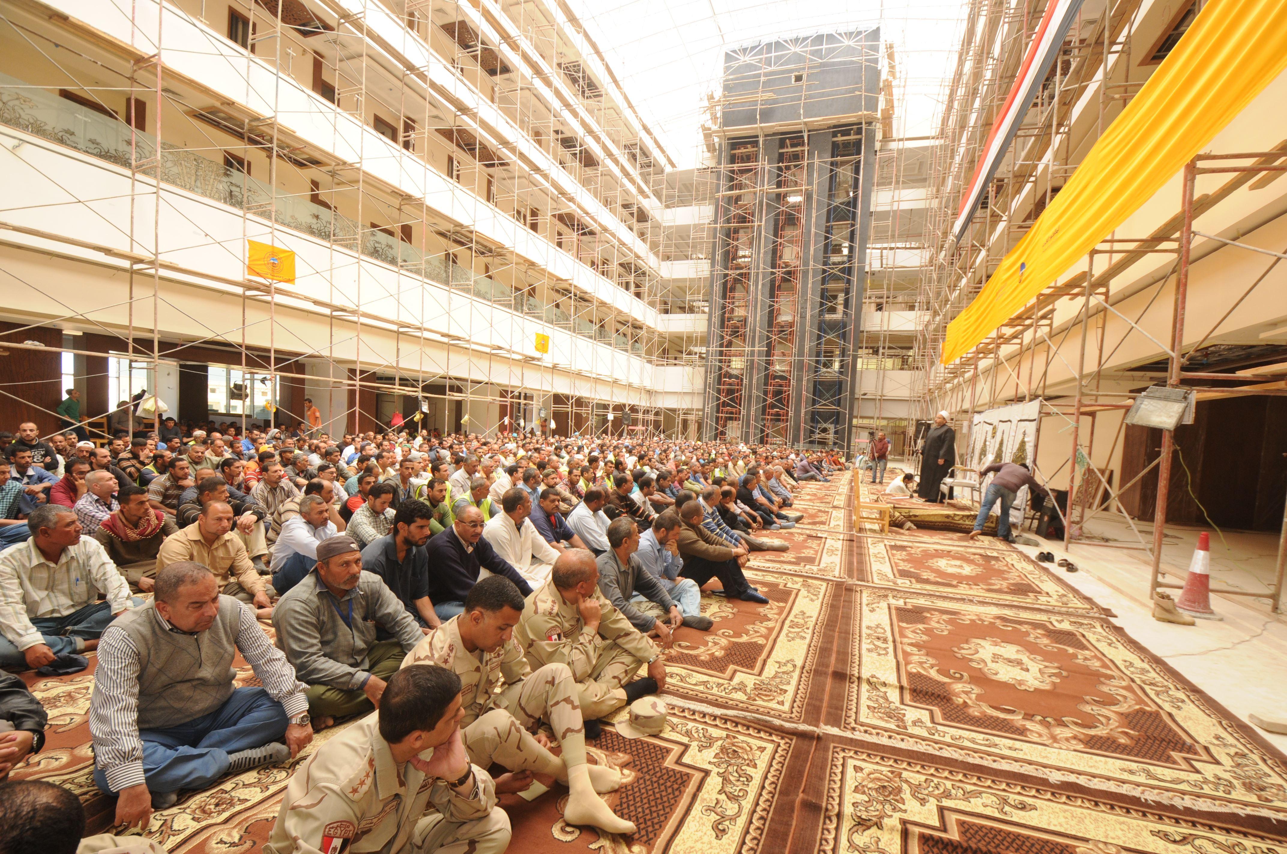 قيادات الهيئة الهندسية والمقاولون العرب يؤدون صلاة الجمعة (3)