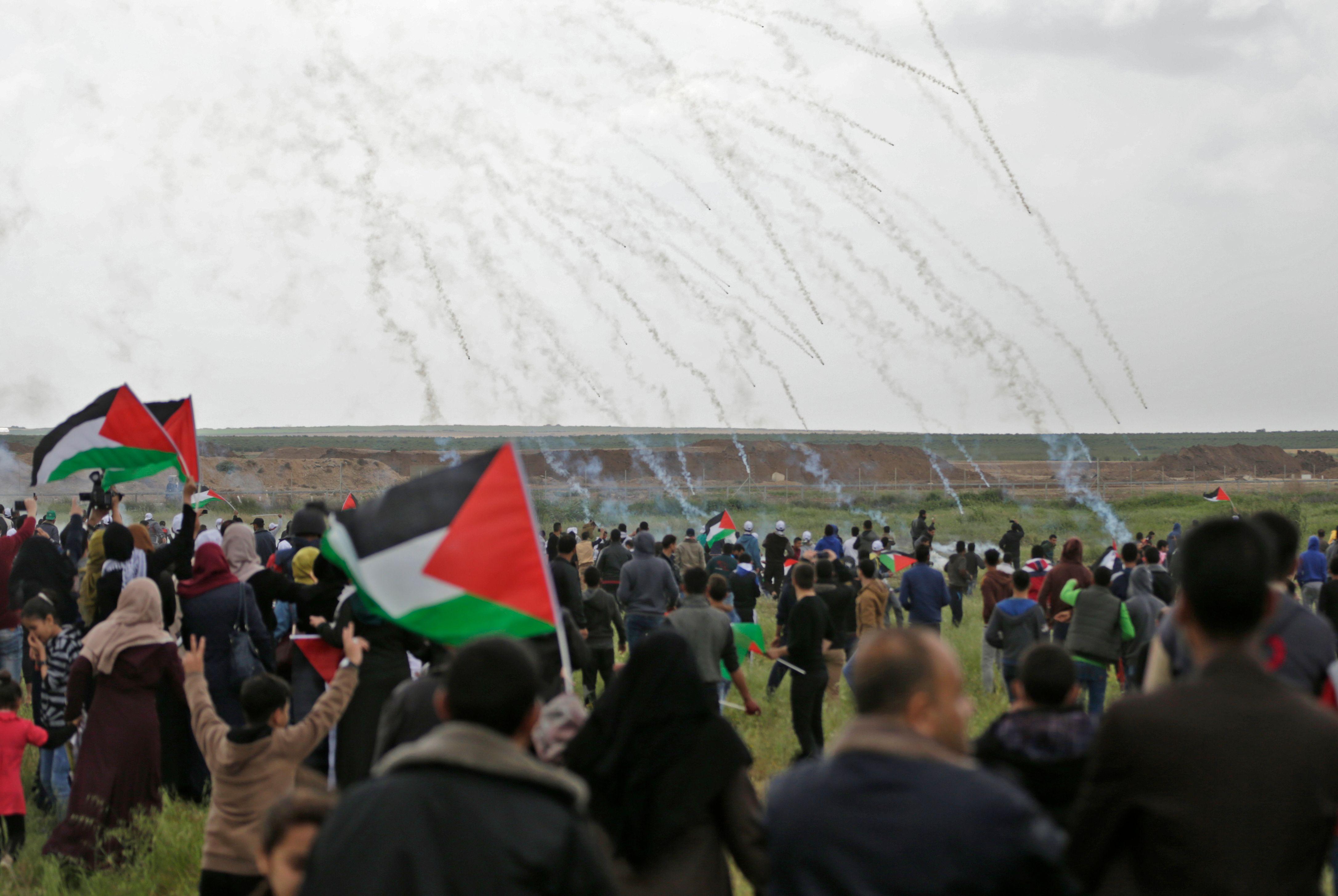 الاحتلال يضرب الفلسطينيين