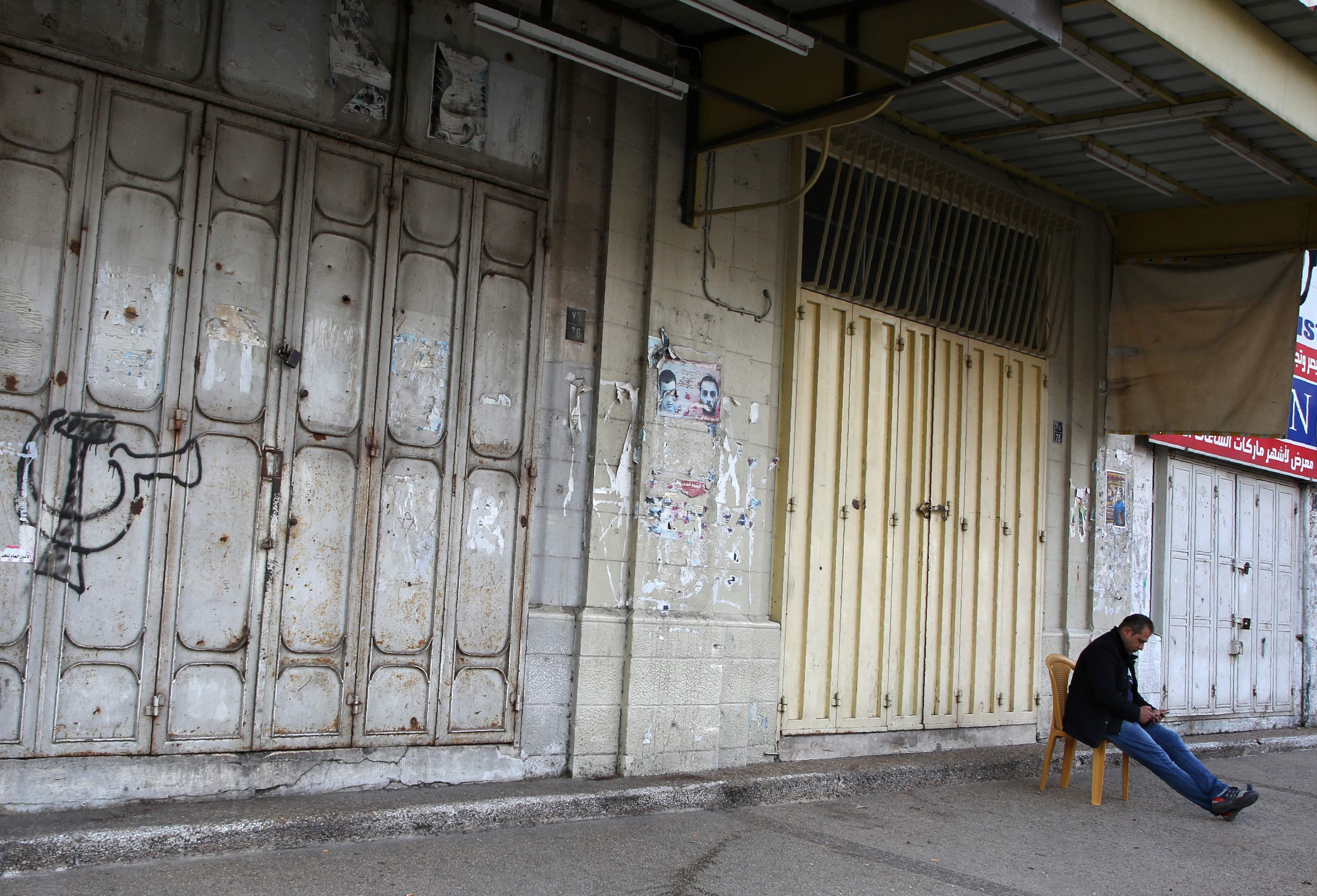 أبواب المحلات الفلسطينية مغلقه بالأقفال فى ظل الإضراب الشامل