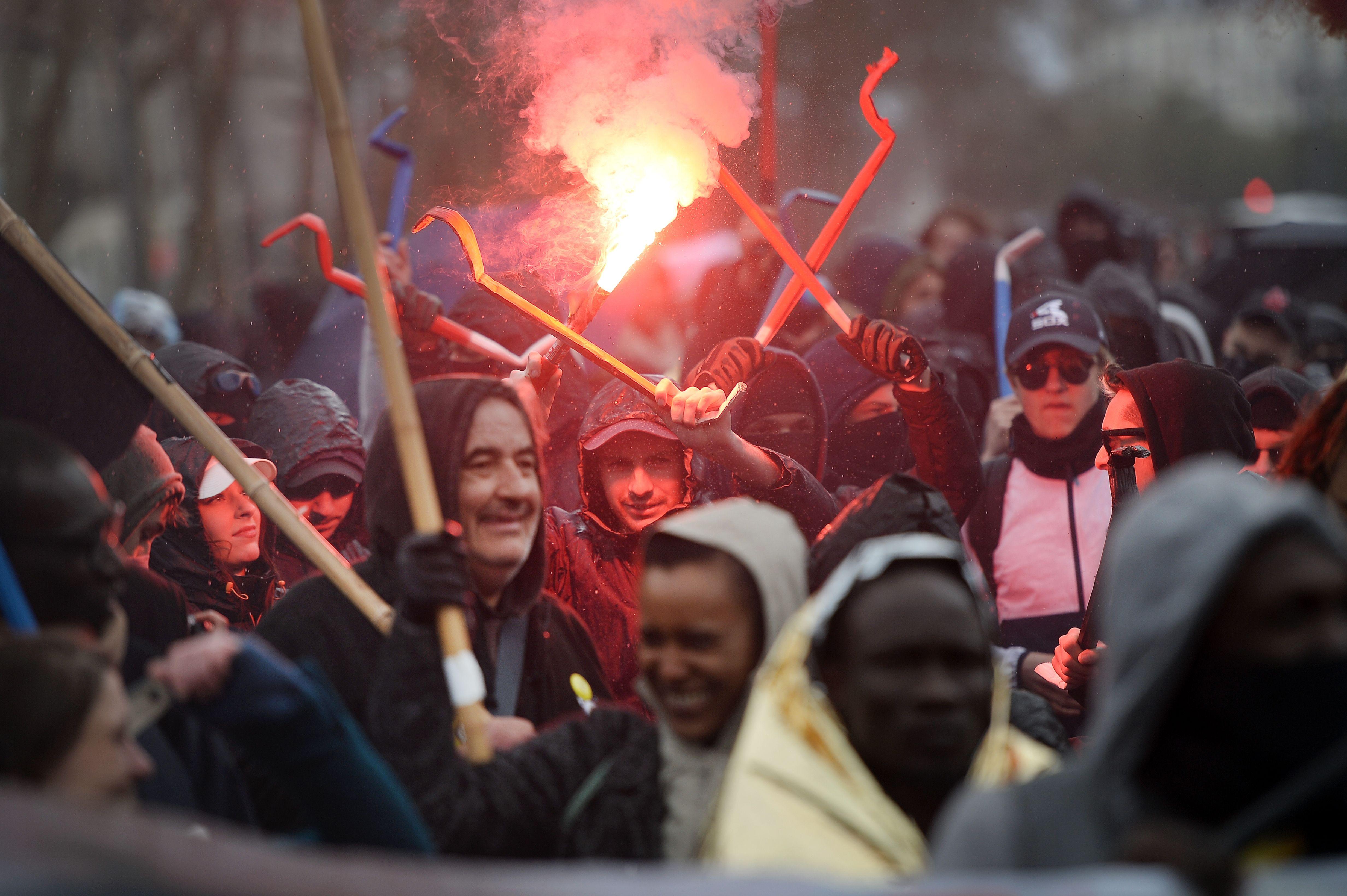 جانب من اشتباكات عنيفة بين الشرطة الفرنسية ومحتجين متضامنين مع المهاجرين
