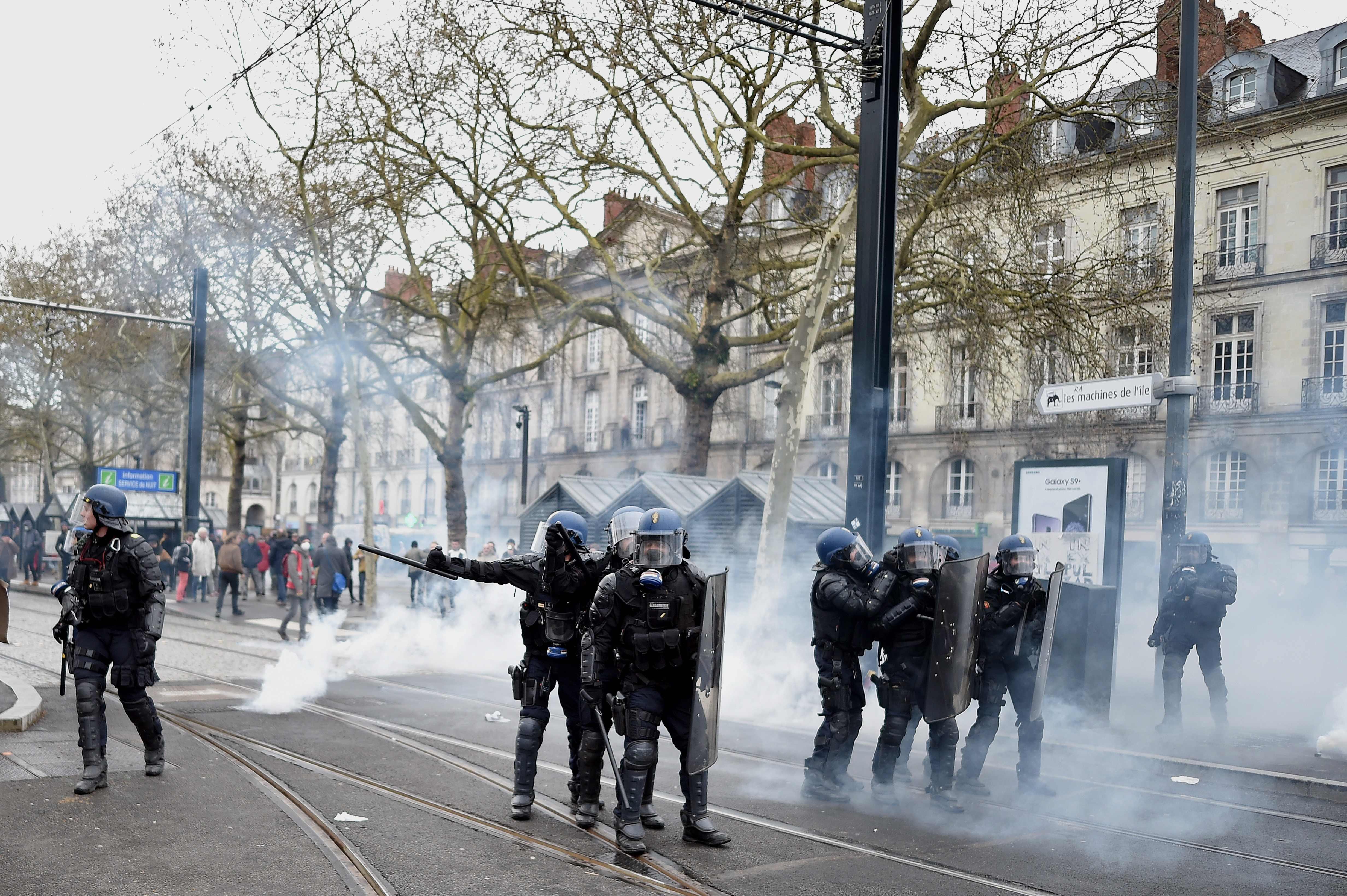 اشتباكات عنيفة بين الشرطة الفرنسية ومحتجين متضامنين مع المهاجرين