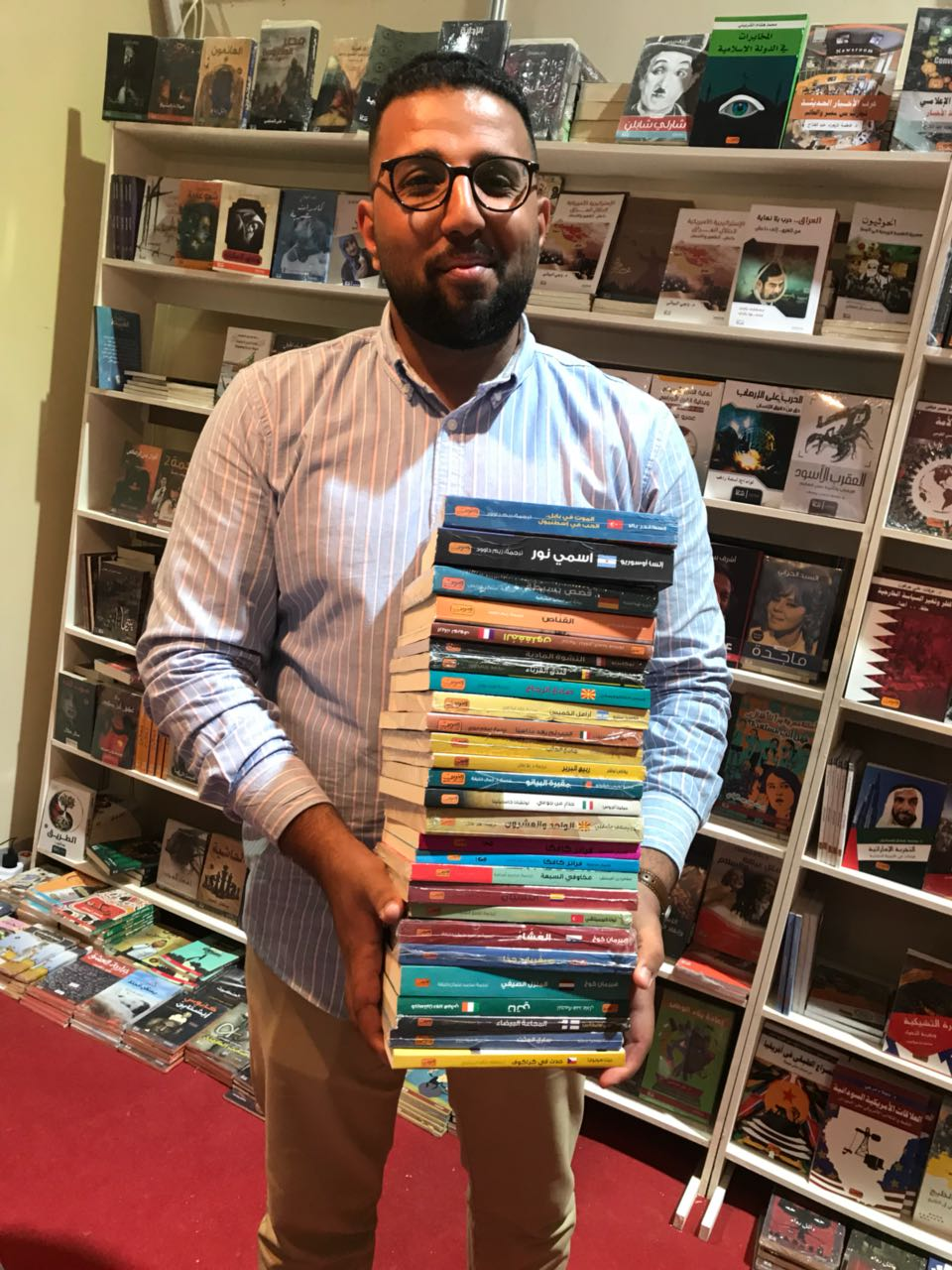 أحد جمهور معرض بغداد الدولى للكتاب 2018 فى جناح دار العربى للنشر
