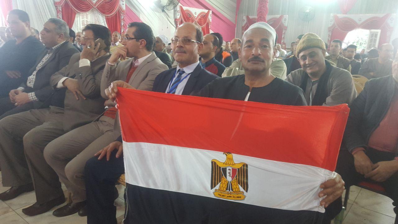 مزارع يرفع مصر معلناً تأييده للرئيس
