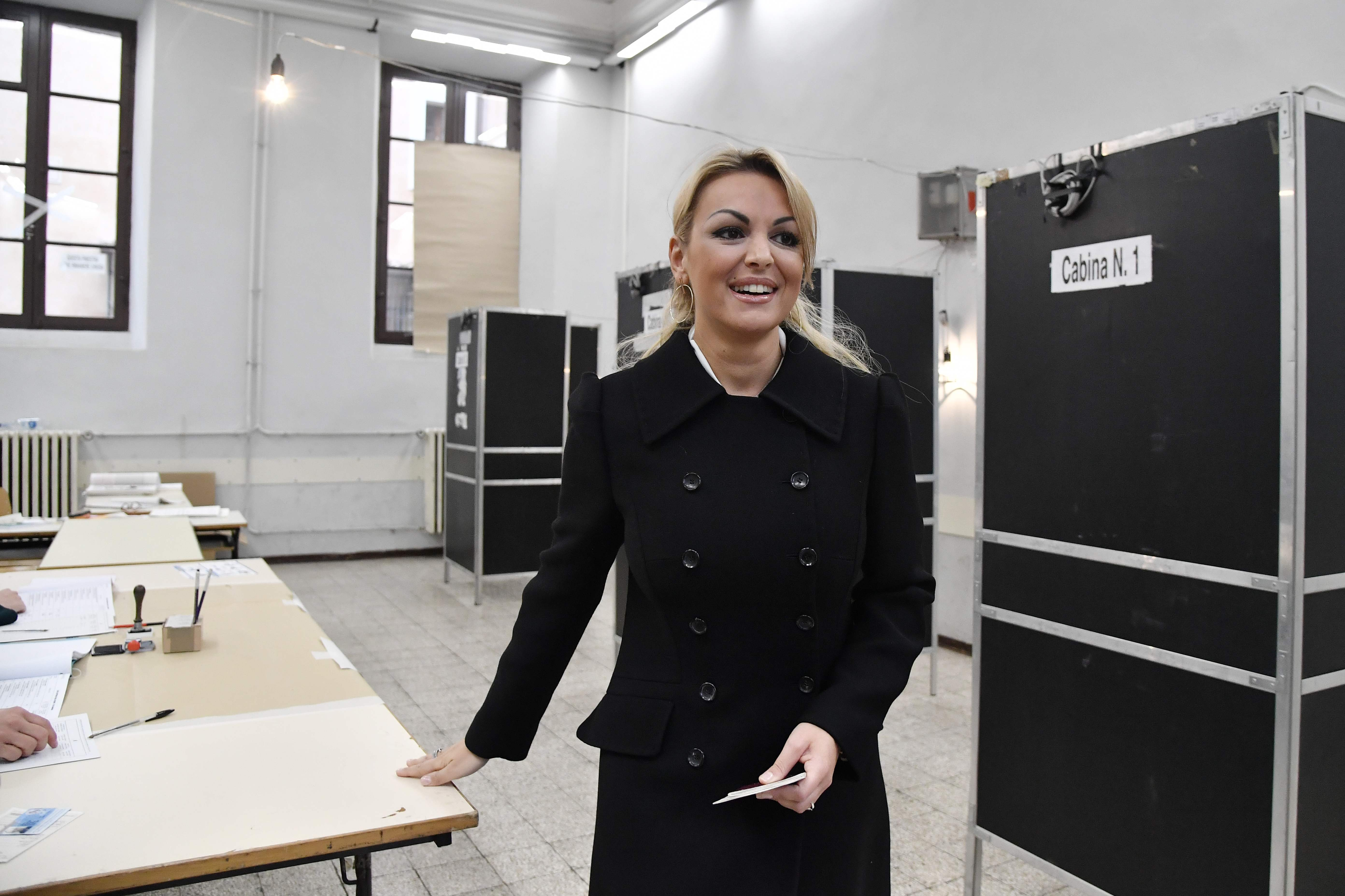 فرانشيسكا باسكال تدلى بصوتها فى انتخابات إيطاليا